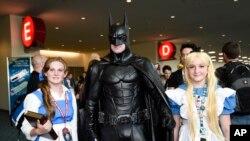 Personas disfrazadas de personajes de Disney y Batman posan para fotógrafos en el Comic Con International de San Diego, en julio 10 de 2015.