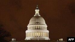 Ðèn vẫn thắp sáng trong trụ sở Quốc hội Hoa Kỳ tối khuya thứ Sáu, ngày 8 tháng 4, 2011 trong lúc các đại biểu thỏa thuận về ngân sách cho chính phủ.