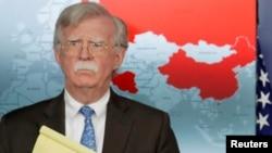 美国白宫国家安全顾问博尔顿2019年1月28日在白宫记者会宣布对委内瑞拉经济制裁,背后地图红色为承认马杜罗政权的国家。