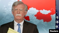 美國白宮國家安全顧問博爾頓2019年1月28日在白宮記者會宣布對委內瑞拉經濟制裁,背後地圖紅色為承認馬杜羅政權的國家。
