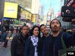 Kru film 'Terjebak Nostalgia' (dari kiri ke kanan: Maruli Tampubolon, Raisa Andriana, Chiccho Jerikho, Kaiva Iskak) di sela-sela syuting di Times Square, New York. (VOA/Vena Dilianasari)