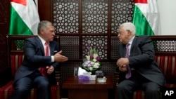 Raja Yordania Abdullah II (kiri) bertemu Presiden Palestina Mahmoud Abbas di Ramallah, Tepi Barat hari Senin (7/8).