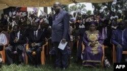 Le ministre de la Justice de la RCA, Flavien Mbata avec des familles de victimes du massacre de Boali (24 mars 2014), le 21 novembre 2017.