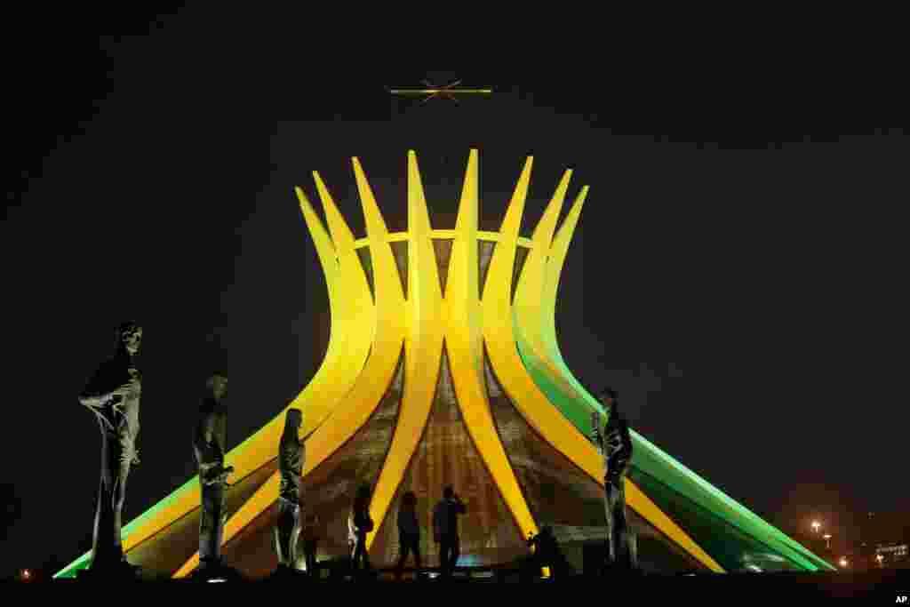 Braziliadagi Metropolitan cherkovi mamlakat milliy terma jamoasi rangida tovlanmoqda, 6-iyun, 2014-yil.