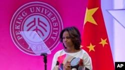 Ibu negara Michelle Obama berpidato di Stanford Center di Peking University, Beijing Sabtu (22/3). (AP/Alexander F. Yuan)