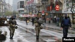 Tentara Belgia dan polisi berpatroli di pusat kota Brussel (21/11). Belgia memperketat pengamanan di Belgia menyusul serangan di Paris pekan lalu.