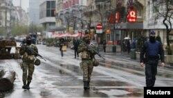 Binh sĩ và cảnh sát Bỉ tuần tra ở trung tâm Brussels sau khi an ninh được thắt chặt tại Bỉ, 21/11/2015.
