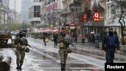 Belgijski vojnici i policajac patroliraju centrom Brisela. Mere bezbednosti podignute su na najviši nivo zbog opasnosti od novog terorističkog napada, posle onog u Parizu.