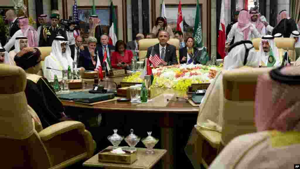Le vice-Premier ministre Fahd bin Mahmoud al-Said d'Oman, le roi Salman, le président Barack Obama, et les autres invités au Palais Diriyah lors du Sommet du Conseil de coopération à Riyad, en Arabie Saoudite, 21 avril 2016.
