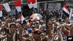 ທະຫານເຢເມນຄົນນຶ່ງຮ່ວມສະຫລອງກັບພວກປະທ້ວງຕໍ່ຕ້ານລັດຖະບານ ໃນນະຄອນຫລວງ Sanaa ຫລັງຈາກປະທານາທິບໍດີ Ali Abdullah Saleh ໜີຈາກປະເທດໄປຍັງ Saudi Arabia, ວັນທີ 5 ມິຖຸນາ 2011.