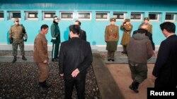 지난 2009년 한국으 표류했던 북한 어부들이 판문점을 통해 북한으로 송환되고 있다. (자료사진)