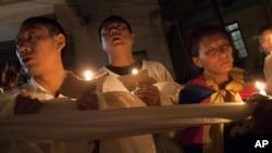 Warga Tibet di pengasingan di Dharmsala, India menyalakan lilin untuk mendoakan para korban tewas akibat bakar diri (foto: dok).
