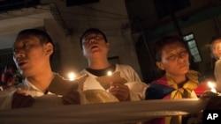 西藏流亡人士聽到在西藏又發生自焚時間後﹐星期五在印度達蘭薩拉舉行燭光晚會