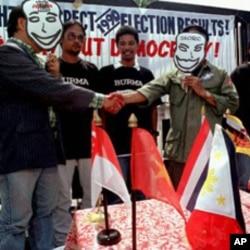 自由缅甸支持者在菲律宾外交部前讽刺东盟接纳缅甸军人统治者(1997年7月23日)