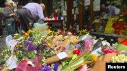 میلبورن میں چاقو کے حملے میں ہلاک ہونے والے ایک شخص کے کیفے کے باہر لوگوں کی جانب سے رکھے گئے پھولوں کے نذرانے۔ 12 نومبر 2018