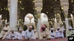 Jemaah membaca Quran di Masjid Nabi Muhammad di Madinah, Arab Saudi. (Foto: Dok)