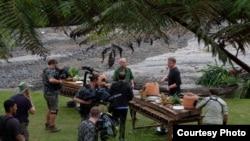 "Chef William Wongso dan Chef Gordon Ramsay saat syuting ""Uncharted"" di Sumatra Utara (dok: William Wongso)"