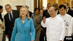 Presiden Burma Thein Sein dan Menteri Luar Negeri Amerika Hillary Clinton di kantor Kepresidenan Burma di Naypyidaw (1/12).