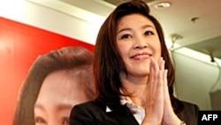 Bà Yingluck Shinawatra trong cuộc họp báo tại trụ sở đảng Pheu Thai ở Bangkok, 3/7/2011