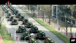 ຮູບພາບຈາກວີດີໂອເກົາຫລືເໜືອສະແດງໃຫ້ເຫັນລົດທະຫານ ຕຽມເດີນສວນສະໜາມຢູ່ຈະຕຸລັດ Kim Il Sung ໃນນະຄອນພຽງຢາງ