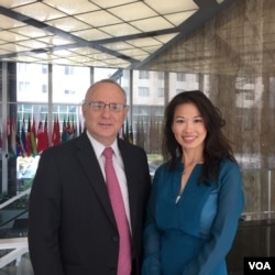 美国国务院主管国际宗教自由事务无任所大使戴维·萨珀斯坦(左)和美国之音记者张蓉湘
