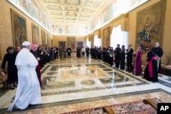 圣诞节之前,天主教教宗方济各在梵蒂冈枢密会议厅会见了台湾教会合作协会代表团(2017年12月7日)。