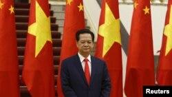 Thủ tướng Việt Nam Nguyễn Tấn Dũng chờ để đón tiếp Chủ tịch Trung Quốc Tập Cận Bình tại Hà Nội, ngày 5/11/2015.