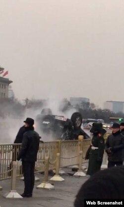 北京天安门金水桥前发生翻车(网络图片)