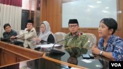 Tokoh lintas iman menuntut tanggung jawab pemerintah agar memenuhi rasa adil dan hak-hak ribuan warga eks Gafatar terutama perempuan dan anak di kantor PP Muhammadiyah, Jakarta, Kamis 16/6. (VOA/Fathiyah)