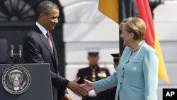 ປະທານາທິບໍດີ ບາຣັກໂອບາມາກໍາລັງຈັບມືກັບນາຍົກລັດ ຖະມຸນຕີເຢຍຣະມັນ ທ່ານນາງ Angela Merkel ທີ່ທໍານຽບຂາວໃນກຸງວໍຊິງຕັນ ວັນທີ 7 ມິຖຸນາ 2011.
