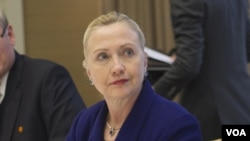 La jefa de la diplomacia estadounidense Hillary Cllinton citó el caso de personas que han resultado encarceladas por expresar su opinión.