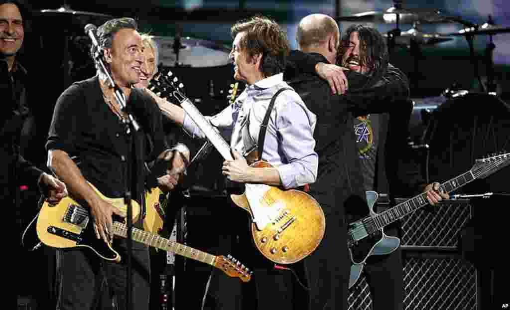 2月12号洛杉矶,(左起)若斯迪•安德森、 布鲁斯•斯普林斯廷、乔•沃尔什、保罗•麦卡特尼、和大卫•格罗尔在第54届格莱美颁奖典礼上演唱。(AP Photo/Matt Sayles)