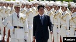 PM Jepang Shinzo Abe hari Kamis (12/9) menginspeksi pasukan kehormatan dan pasukan Bela Diri Jepang.
