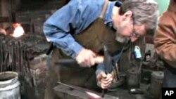 电脑软件工程师柯特·韦尔奇聚精会神当铁匠