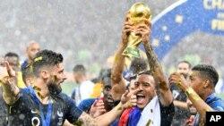Abadlali beFrance bejabula ngemva kokuphakamisa inkezo yeWorld Cup.