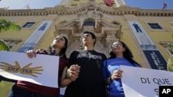 Activistas pro inmigrantes se manifiestan en Miami. El presidente Obama inicia las discusiones por la reforma migratoria con líderes hispanos, sindicales y empresariales.