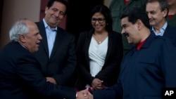 El expresidente colombiano Ernesto Samper (izq), hizo el anuncio en conferencia de prensa con el mandatario venezolano Nicolás Maduro.