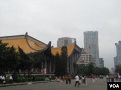 国父纪念馆前的游客