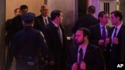 "Novoizabrani potrpredsednik Majk Pens (centar) izlazi iz pozorišta posle predstave ""Hamilton"", Njujork 18. novembar 2016."