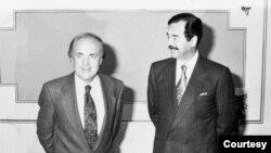 Tổng thống Saddam Hussein chụp ảnh với Peter Arnett sau cuộc phỏng vấn tại một tòa nhà an toàn và bí mật của vùng ngoại ô Baghdad vào ngày 30 tháng Một năm 1991. (Hình: Peter Arnett cung cấp)