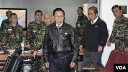 El presidente de Corea del Sur, Lee Myung-bak, y el ministro de Defensa, Kim Tae-young, se reunieron con altos mandos militares.