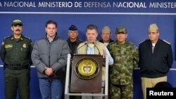 Presiden Kolombia Juan Manuel Santos (tengah) memberikan keterangan pers di Bogota, Minggu (16/11). Kolombia menagguhkan pembicaraan damai dengan kelompok pemberontak FARC.