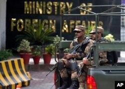 Soldados pakistaníes vigilan frente al Ministerio de Relaciones Exteriores durante una visita del secretario de Estado de EE.UU., Mike Pompeo, en Islamabad, Pakistán, el miércoles, 5 de septiembre de 2018.