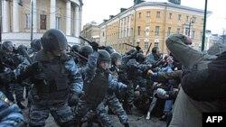 Người hâm mộ bóng đá đụng độ với cảnh sát chống bạo động ở trung tâm Moscow, 11/12/2010