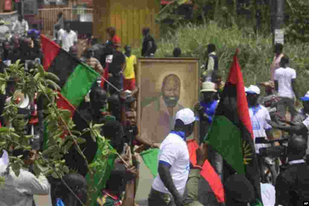 Wani gungun jama'a suna tunawa da rayuwar shugaban kungiyar Biafra Dim Chukwuemeka Ojukwu suna jerin gwano a kan titin Nnewi, Najeriya ranar Larabar 29 ga Fabrairu, 2012. Ana shirin jana'izar shugaban yakin basasan Biafran ranar jumma'a a birnin da ya