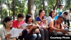 Blogger Hoàng Vi (trái) và các nhà hoạt động trẻ thảo luận về bản Tuyên ngôn Nhân quyền tại một công viên ở Sài Gòn. (Ảnh: Dan Lam Bao).