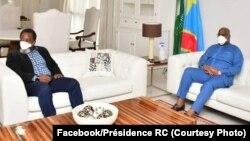 Président Féliex Tshisekedi (D) na mokonzi ya kala Josepha Kabila bakutani na N'Sele. Kinshasa, 21 avril 2020. (Facebook/Présidence RDC)