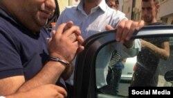 این عکس به این شکل از احمد عالینژاد فعال مدنی اهل شیراز در زمان بازداشت در فضای مجازی شده است.