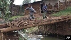"""Di permukiman kumuh Kibera, Kenya, ini sebagian besar warga harus menggunakan """"jamban bayaran"""" (foto: dok.)."""