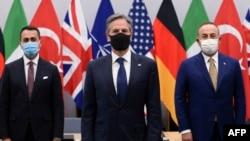 Ministre ya Italie ya Mambi ya BApaya Luigi Di Maio (G), sectrétaire d'Etat ya Amrika Antony Blinken (C) na ministre ya mambi ya Bapaya ya Truquie Mevlut Cavusogi, na Bruxelles, Belgique, 14 avril 2021.